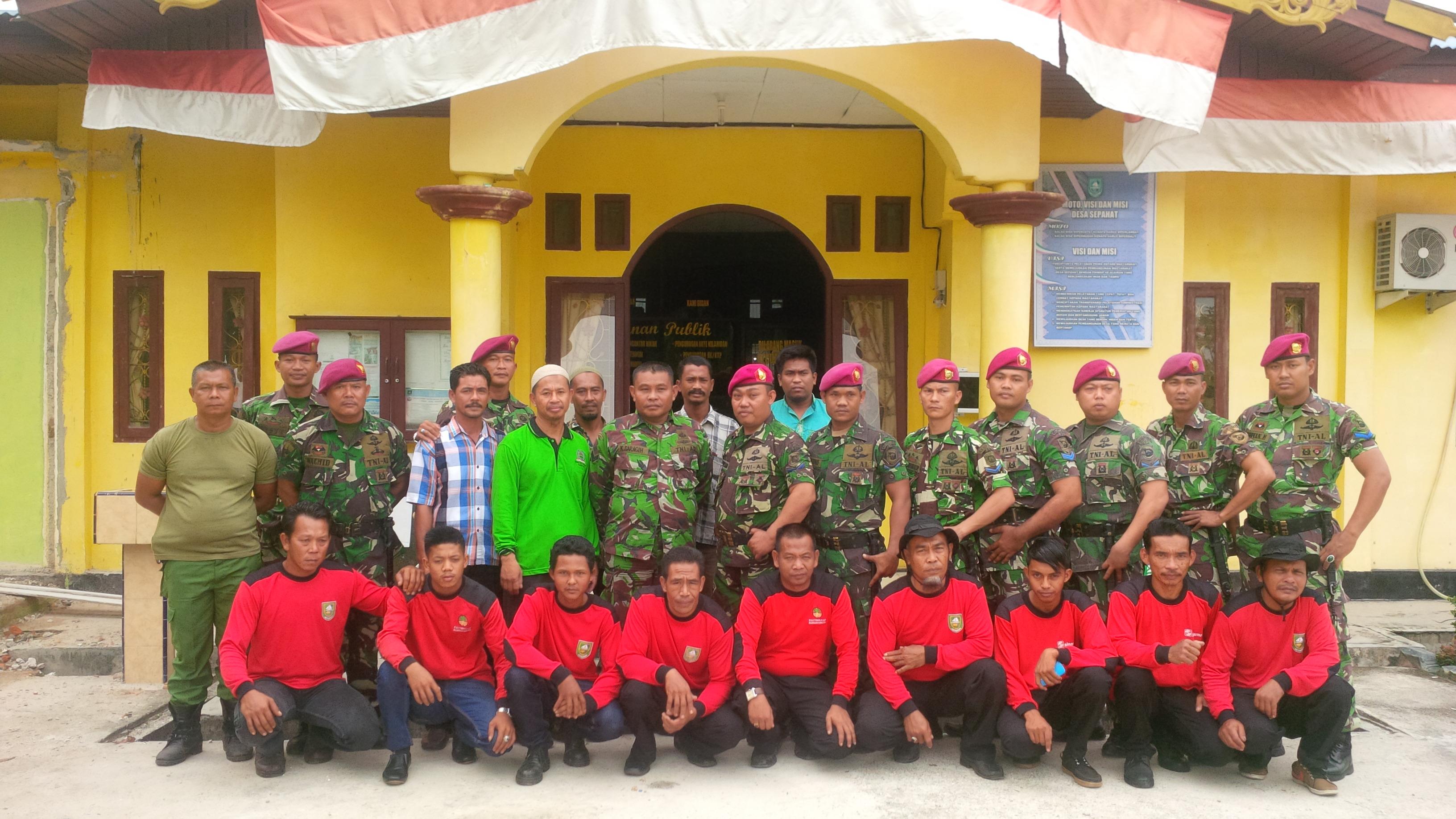 foto bersama TNI AL,Masyarakat Peduli Api ( MPA) dan Perangkat Desa Sepahat