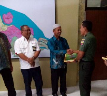 Pj.Kepala Desa saat menerima penghargaan
