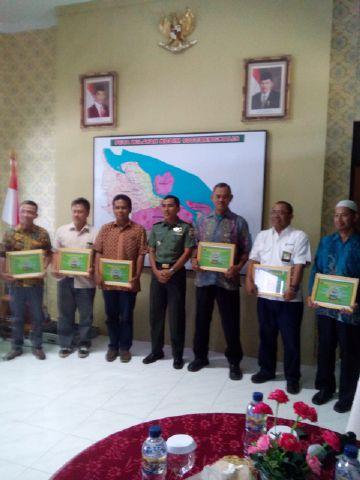foto bersam menerima penghargaan