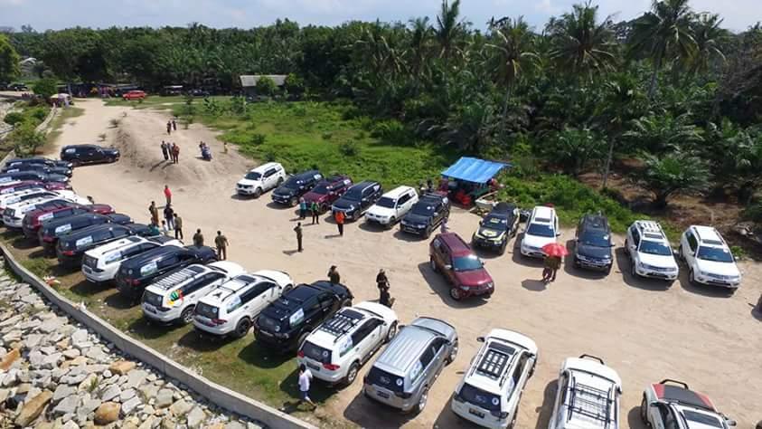 Mobil Pajero Sport parkir di tepi pantai sepahat ( foto Disparekraf )